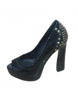Zapatos de tacón con tachuelas